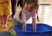 Ein erfrischendes Armbad - kneippen im Kindergarten