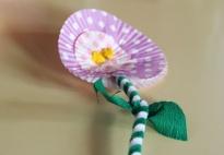Blumen aus Papier-Muffinformen und Pfeifenputzern