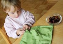 Ein Steckspiel nach Montessori mit Kastanien