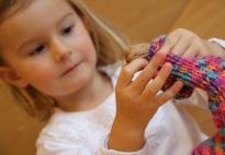 Socken mit Nüssen befüllen: ein Spiel nach Montessori