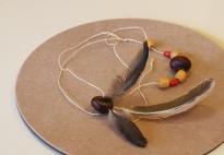Herbstketten mit Kastanien, Perlen und Federn