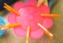 Spielideen mit Wäscheklammern und Plasttiktellern