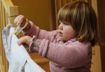 Wäsche aufhängen: Rollenspiel mit Geschirrtüchern