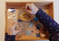 Aktionstablett nach Montessori: Glasflasche und Schellen
