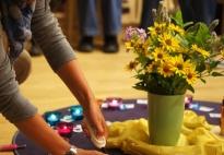 Kostbar, wie ein Edelstein: Eltern gestalten ein Bodenbild